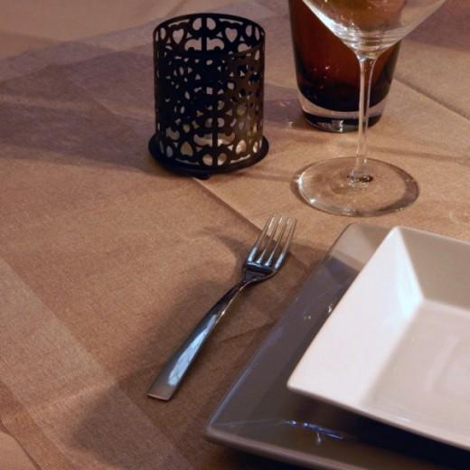 Iuta Cappucino Tovaglia 100x100 (Marrone) di www.monochic.it Tovaglie Monouso