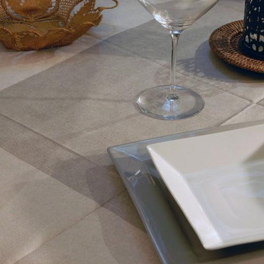 Maison Grigio Perla Tovaglia 120x120 (Marrone) di www.monochic.it Tovaglie Monouso